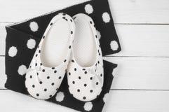 Vrouwelijke pantoffels en sjaal Royalty-vrije Stock Afbeelding