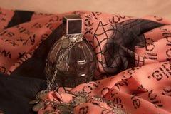 Vrouwelijke parfum, halsband en sjaal Royalty-vrije Stock Afbeeldingen