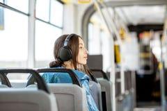 Vrouwelijke passagier die openbaar vervoer gebruiken stock afbeeldingen