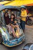 Vrouwelijke Passagiers in driewieler bij Terong-Straatmarkt in Makassar, Zuiden Sulawesi, Indonesië royalty-vrije stock afbeeldingen