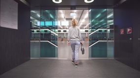Vrouwelijke passagiersreiziger die informatie van instapkaartkaartje en over programmaraad controleren die vlucht voorbereidingen stock footage
