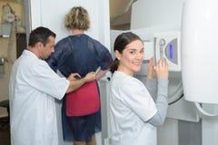 Vrouwelijke patiënt die heuponderzoek hebben door röntgenstraal Royalty-vrije Stock Foto's