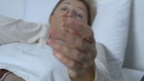 Vrouwelijke patiënt die nauwelijks, liggend in het ziekenhuisbed, die om hulp, astma vragen ademen stock videobeelden