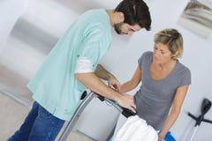 Vrouwelijke Patiënt en Artsen het Ziekenhuiszaal van Have Consultation In stock foto