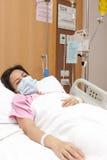Vrouwelijke patiënt in het ziekenhuisbed Royalty-vrije Stock Fotografie