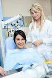 Vrouwelijke patiënt met tandarts royalty-vrije stock foto