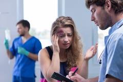 Vrouwelijke patiënt in noodsituatieruimte stock fotografie