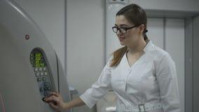 Vrouwelijke Pati?nt op Ct of Mri-Scannermachine tijdens R?ntgenstraalproces, 4k stock video