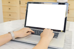 Vrouwelijke persoon die voor open laptop computer en slimme telefoon met het lege lege scherm voor uw informatie of inhoud zitten stock fotografie