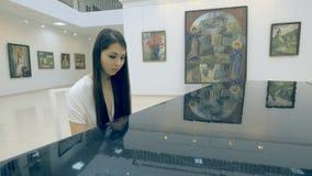 Vrouwelijke pianist die de piano in kunstgalerie spelen stock videobeelden