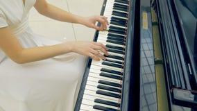 Vrouwelijke pianist die het pianoclose-up spelen stock footage