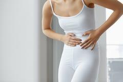 Vrouwelijke Pijn Lichaam die van de close-up het Mooie Vrouw Maagpijn voelen stock fotografie