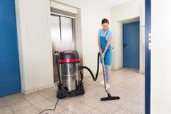Vrouwelijke portier schoonmakende vloer Royalty-vrije Stock Afbeelding