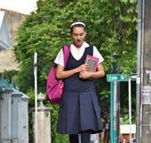 Vrouwelijke Prep Student Wearing Uniform Walking op Stoep royalty-vrije stock afbeeldingen