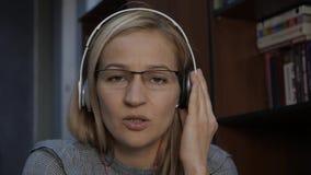 Vrouwelijke privé-leraar die videoconfereren met leerling hebben Vrouw voor camera, online bureau thuis stock footage