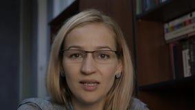 Vrouwelijke privé-leraar die videoconfereren met leerling hebben Vrouw voor camera, online bureau thuis stock videobeelden