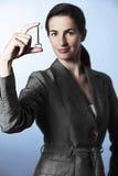 Vrouwelijke professionele holdingssleutel tussen vingers Royalty-vrije Stock Afbeeldingen