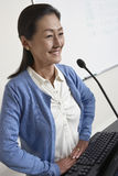 Vrouwelijke Professor Standing In Front Of Podium royalty-vrije stock fotografie