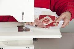 Vrouwelijke quilter scherpe draad Stock Afbeeldingen