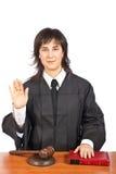 Vrouwelijke rechter die eed neemt Stock Afbeelding