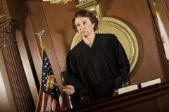 Vrouwelijke Rechter Forming een Oordeel royalty-vrije stock foto's
