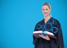 Vrouwelijke rechter met blauwe interface en boek tegen blauwe achtergrond stock foto's