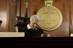 Vrouwelijke Rechter Sleeping In Court stock afbeelding