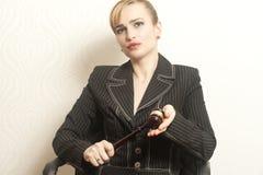 Vrouwelijke Rechter With Wooden Gavel stock fotografie