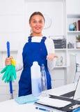 Vrouwelijke reinigingsmachine met stofdoek royalty-vrije stock afbeeldingen