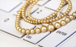 Vrouwelijke reis - parels op laptop Royalty-vrije Stock Afbeelding
