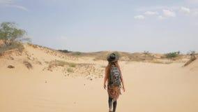 Vrouwelijke reiziger in de woestijn stock video