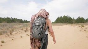 Vrouwelijke reiziger in de woestijn stock videobeelden