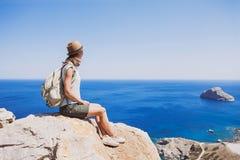 Vrouwelijke reiziger die het overzees, de reis en het actieve levensstijlconcept bekijken Stock Foto's