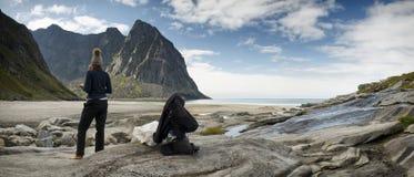 Vrouwelijke reiziger die op de Eilanden van een strandlofoten rusten royalty-vrije stock afbeelding