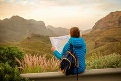 Vrouwelijke reiziger met toeristenkaart Stock Foto's