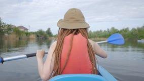 Vrouwelijke reiziger op de kajak stock video