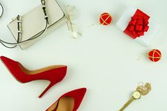 Vrouwelijke rode hielenschoenen op witte achtergrond Royalty-vrije Stock Afbeeldingen