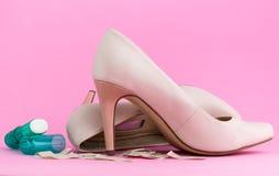 Vrouwelijke schoenen, pleister en anti-cellusstok royalty-vrije stock foto