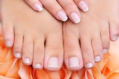 Vrouwelijke schone, zuivere voeten met Franse pedicure royalty-vrije stock fotografie