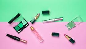 Vrouwelijke schoonheidsmiddelen voor samenstellingslay-out op een pastelkleurachtergrond stock foto's