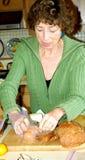 Vrouwelijke schoonmakende keuken stock afbeelding
