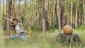 Vrouwelijke schutter die naar de pompoen streven stock footage