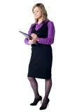 Vrouwelijke secretaresse die op klembord schrijft Stock Foto's