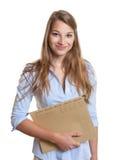Vrouwelijke secretaresse met verslag in haar hand Stock Afbeeldingen