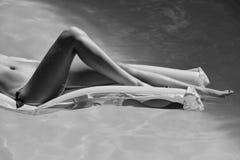 Vrouwelijke sexy benen op matras royalty-vrije stock foto