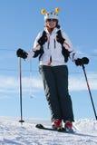 Vrouwelijke skiër die bergaf ski?t Stock Foto