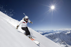 Vrouwelijke skiër met zon royalty-vrije stock afbeelding