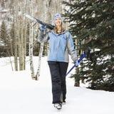 Vrouwelijke skiër op helling. Stock Afbeelding