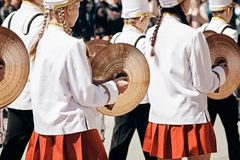 Vrouwelijke Slagwerker Ensemble in een witte volledige kleding royalty-vrije stock foto's