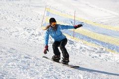 Vrouwelijke Snowboarder op een sneeuw stock foto's